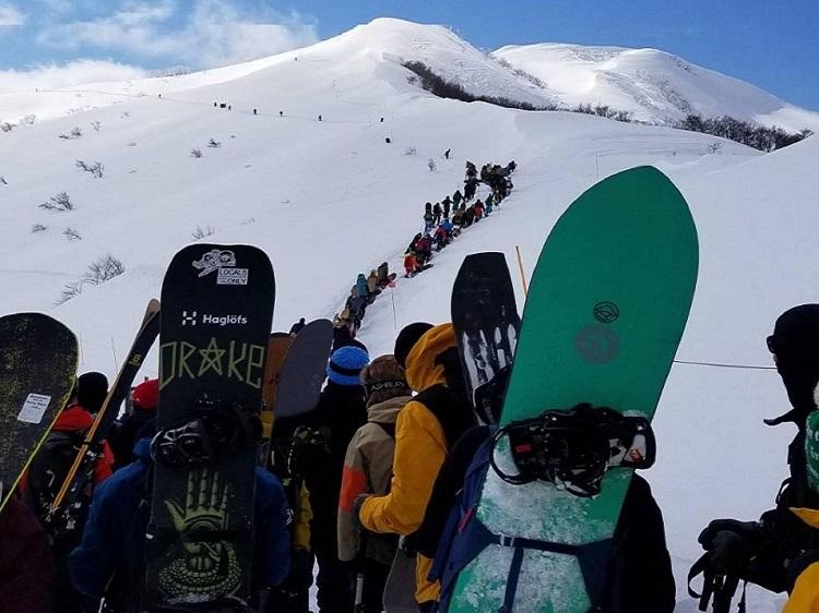 スノーボーダーの列